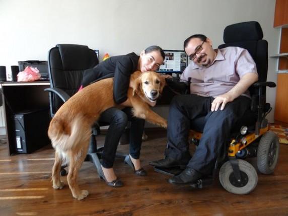 Петър и кучето асистент Мишо