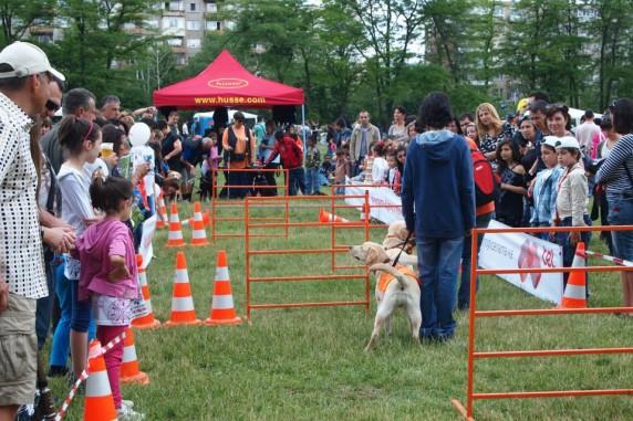 Детски празник в южния парк с кучетата водачи и храните Хусе 1